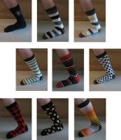 Neuf chaussettes hautes avec des motifs et des couleurs divers