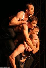 Un comédien porte un 2e sur son dos, le 2e porte le 3e qui porte le 4e comédien sur son dos.