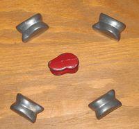 Un jeu d'osselets métalliques