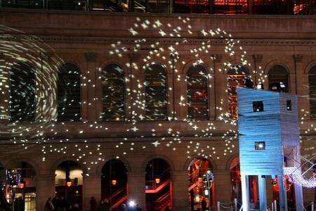 Étoiles de lumière projetées sur la façade de l'Opéra de Lyon