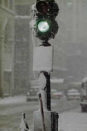 Feu vert sous une tempête de neige