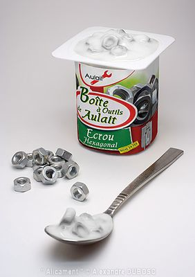 Yaourt aux boulons avec mention sur l'étiquette : Boîte à outils au lait de Écrou hexagonal