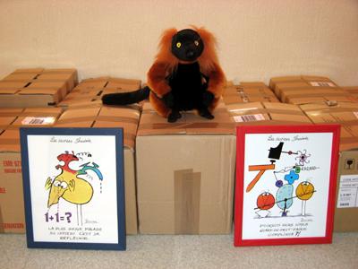Un singe assis sur des cartons avec deux devises shadock en face