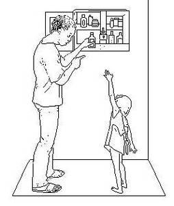 Un enfants tend la main vers un sirop qu'un adulte range dans la boîte à pharmacie