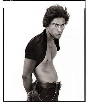 Portrait de profil d'un jeune homme au torse nu et en jean