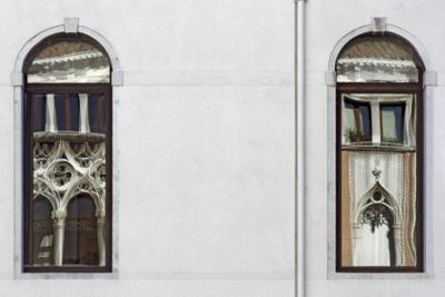 Reflets sur deux fenêtres de Venise