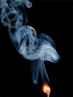 Fumée s'élevant d'une allumette