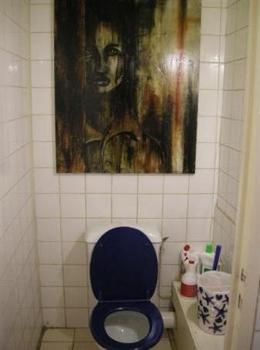 Visage de femme au-dessus d'une cuvette de toilette