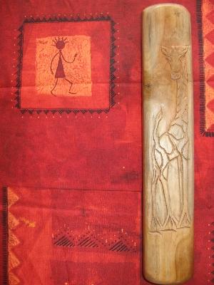 Coffret fermé, présentant une girafe sculptée sur son couvercle