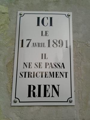Plaque de rue où il est marqué : ici, le 17 avril 1891, il ne se passa strictement rien.