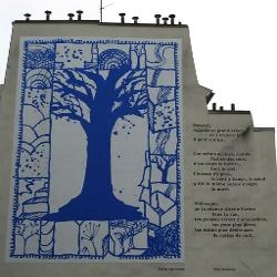 Arbre bleu peint sur une façade et accompagné d'un poème