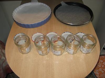 Pots de confitures et plats à tartes en attente de remplissage