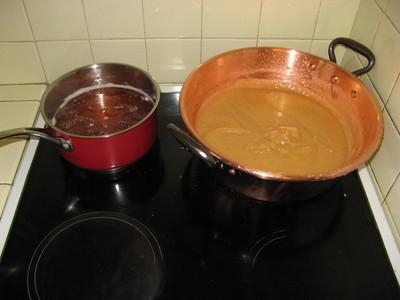 Gelée de coings dans la casserole et pâte de coings dans la bassine à confiture