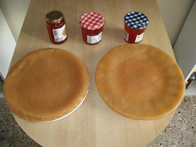 Trois pots remplis et deux pâtes de coings démoulés
