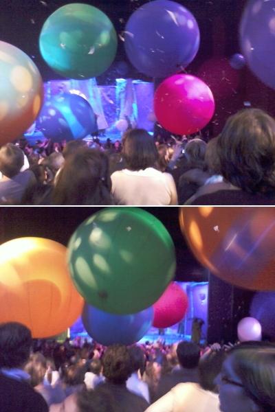 Balles géantes rebondissant sur le public