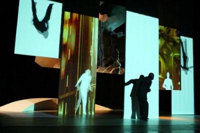 Silhouettes humaines projetées sur plusieurs écrans