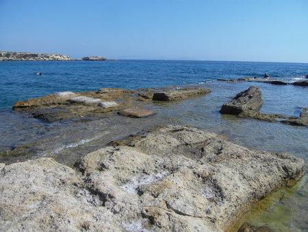 La mer baignant des blocs de rochers plats