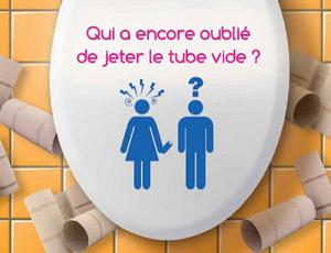 Pictogramme WC sur une lunette où la femme râle contre l'homme : qui a encore oublié de jeter le tube vide ?