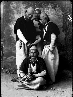 Quatre Albanais revêtus de leurs vêtements traditionnels