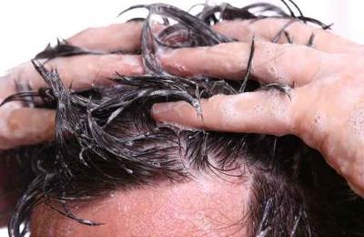 Cheveux recouverts de shampoing