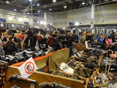 Empilement d'accessoires en métal et cuir