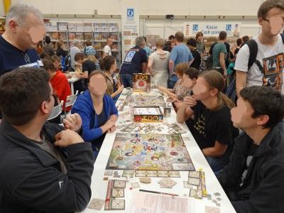 Groupe de joueurs autour des plateaux de jeux