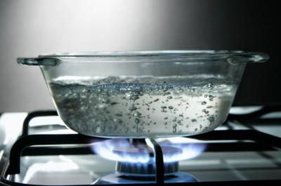 Ébullition de l'eau dans une marmite en verre
