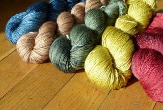 Six écheveaux de laine de couleur différente