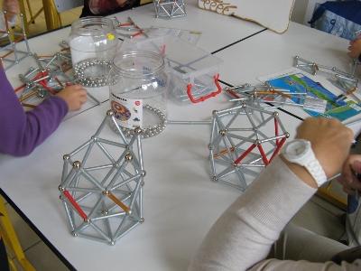 Constructions à partir de billes et de bâtons métalliques et aimantés