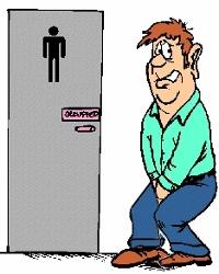 Un homme se retient de pisser devant les toilettes