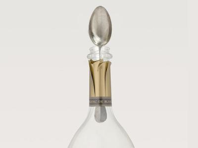 Cuillère dans le goulot d'une bouteille de champagne