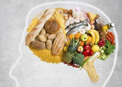 Silhouette d'une tête de profil avec des légumes à la place du cerveau