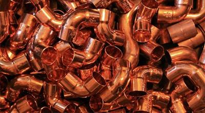Amas de tuyaux de cuivre coudés